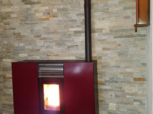 Instalación de estufa de pellets Phoenix canalizable en La Bazana