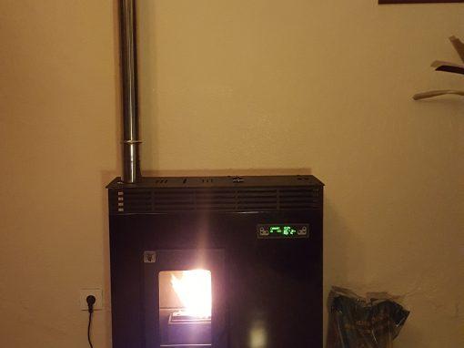 Instalación de estufa de pellets de pasillo 11 kW en La Bazana