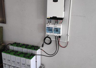 Instalación Fotovoltaica Aislada en Barcarrota, inversor híbrido 3000W, Baterias 5SOPzS 605, bancada de baterías