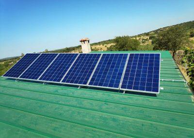 Instalación Fotovoltaica Aislada en Barcarrota, placas de 280W, Placas sobre Chapa Sandwich,